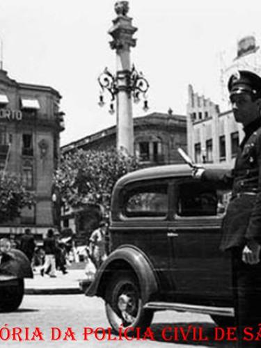 Integrante da extinta Guarda Civil da Polícia do Estado de São Paulo, orientando o trânsito, em frente o antigo Mappin na Praça do Patriarca, em 1.936.
