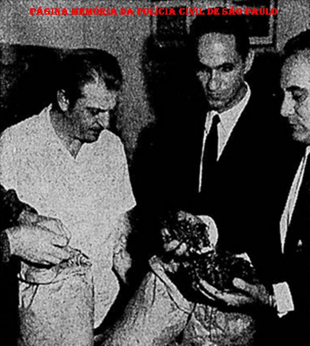 """Grande apreensão de """"maconha"""", em 1.970. Ao centro o Delegado Luis Carlos Rocha """"Rochinha"""", à direita Investigador Angelino Moliterno """"Russinho"""" e à esquerda o Reporter Policial Orlando Criscuolo."""