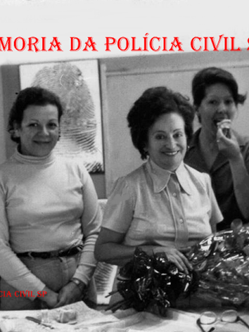 """Equipe do arquivo dactiloscópico do IIRGD, em 1.972. À partir da direita as Pesquisadoras Dactiloscópicas Maria Damas (posteriormente Investigadora), Iara Cantisani, Diretora Norma """"in memorian"""", Marli, Lindalva e Telma (pouco tempo depois, as últimas duas passaram para Peritas Criminais)."""