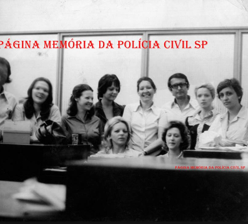 Arquivo dactiloscópico do IIRGD, em 1972. À partir da esquerda, Dorival, Eliana, Lindalva, Iara Cantisane, (?), Maria Silvia ,Telma ,Bida e Geni. Essa turma nossa era a mesma do Desembargador e Professor Antonio Carlos Marcato, que foi Dactiloscopista no IIRGD.