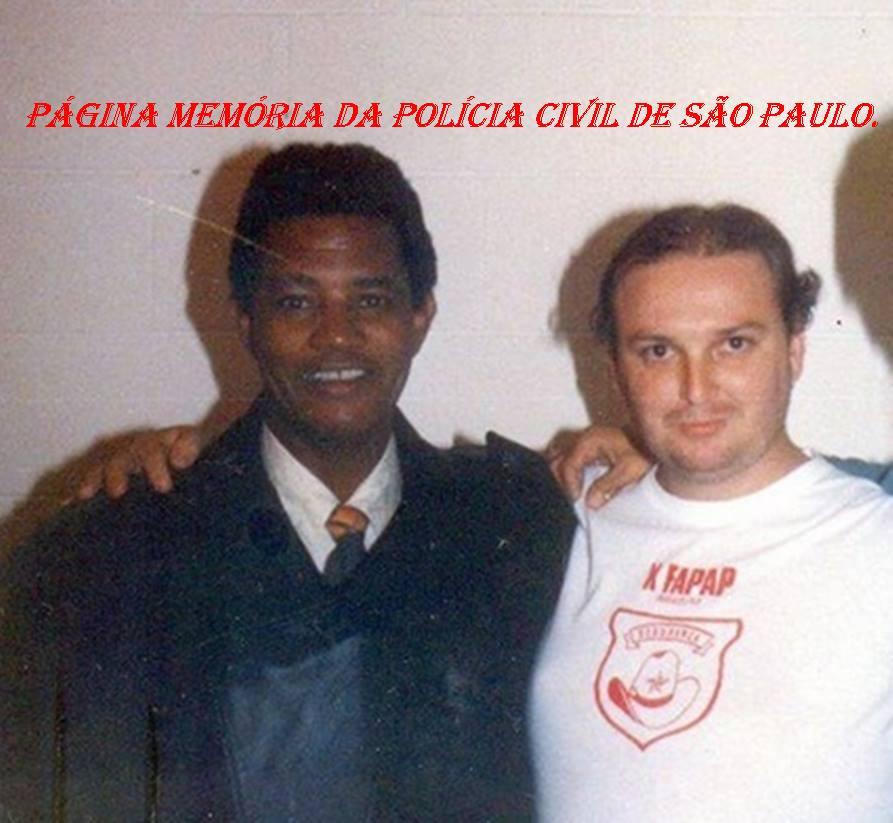 """À direita o Policial Civil João Caçula Kasemiro, quando fazia a segurança passoal do cantor Jair Rodrigues """"in memorian"""", na década de 80."""