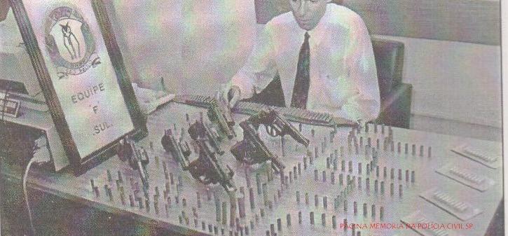 """Equipe """"F"""" Sul do DHPP, com o Delegado Assistente Edson Luis Baldan, quando foi apreendido um arsenal de armas e munições, com os justiceiros Ivanildo Trajano, Macedo e Carioca, que confessaram 25 homicídio na cidade de Embú, em março de 1.995."""