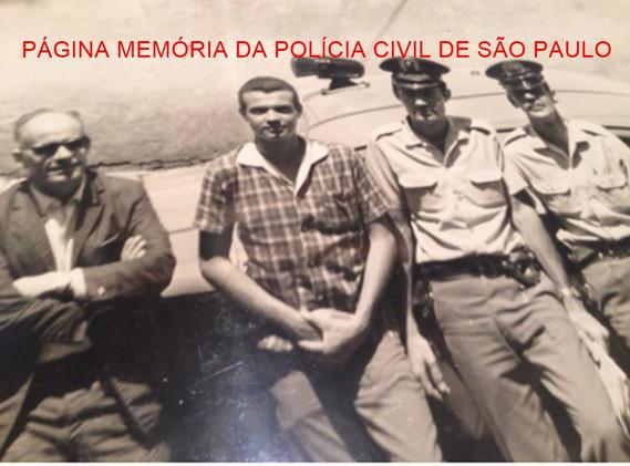 Delegacia Sede do Município de Bragança Paulista, na década de 70 À partir da esquerda, Delegado Antônio Carlos de Toledo Neto; Investigadores Djahy Tucci Junior; Soldados PMs Guimarães e Pinduca.