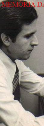 Delegado Carlos Alberto Marchi de Queiroz, no início de sua carreira, examinando pertences de um suicida, no 4º DP do antigo DEGRAN, Consolação, em meados da década de 70. Foto publicada no Diário da Noite, de São Paulo.