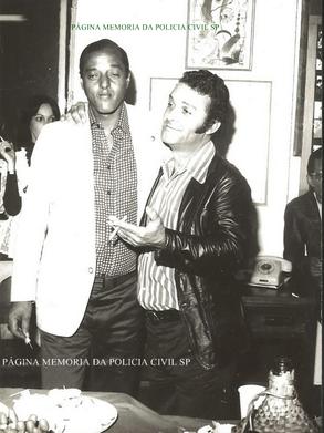 """À direita o Repórter Policial Paladino com o Investigador de Polícia David Brown """"in memorian"""", na década de 70."""