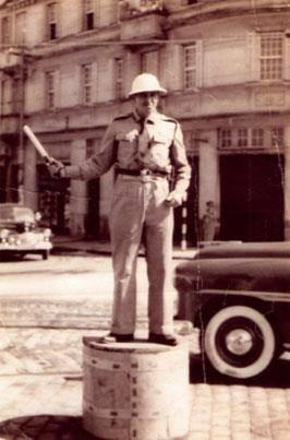 Estagiário da Extinta Guarda Civil da Polícia do Estado de São Paulo, orientando o trânsito na cidade de Santos, na década de 50.