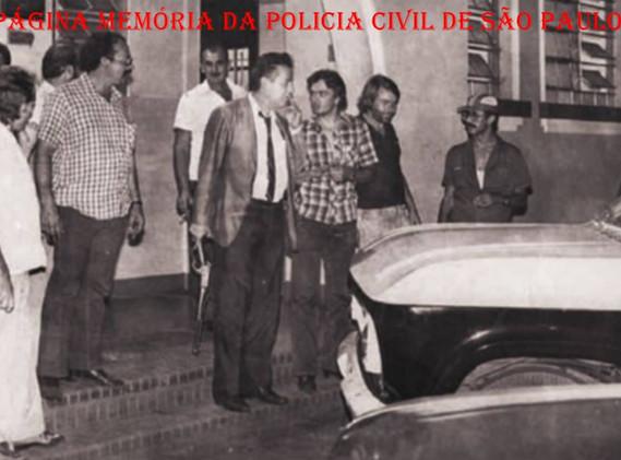 """2º Distrito Policial de Ribeirão Preto, no final da década de 70. A partir da esquerda, Investigadores Bruninho, Anselmo Padilha """"in memoriam"""", Augusto Alves Moreira, Bruzadin """"in memoriam"""", Wilson Vendrusculo; Delegado Anivaldo Registro; Investigadores Moreno, Malaspina """"in memoriam"""", Evandro Estadeu Resende """"Padre"""" e Gilmar Padilha."""