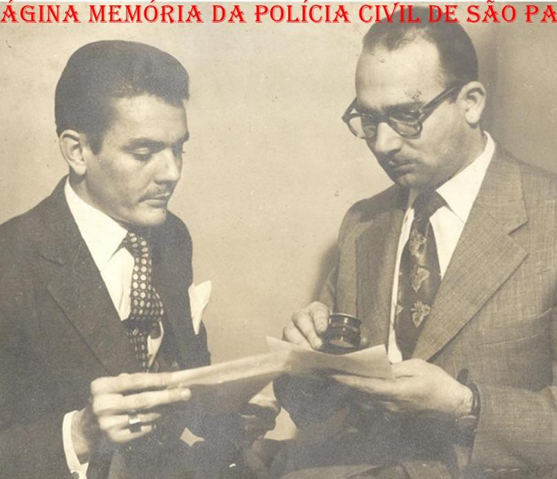 O saudoso Delegado Hilkias de Oliveira, quando era investigador de polícia, em uma investigação, com o papiloscopista Virgílio Zappa examinando uma impressão digital, na década de 60. Acervo da investigadora Lucy Lima Santos