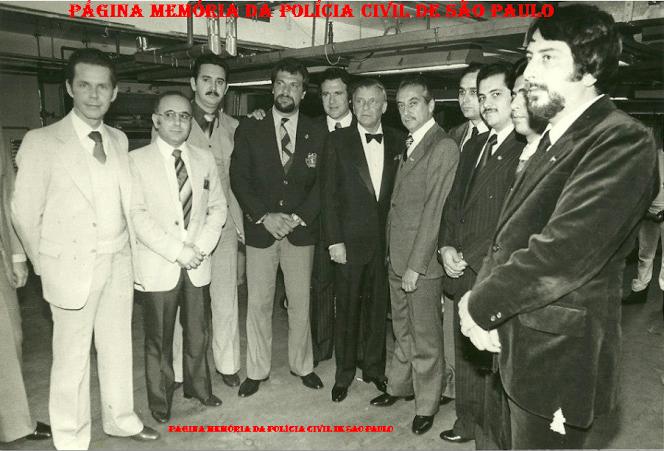 """Equipe do DOPS procedendo a segurança do cantor Frank Sinatra, em 1.981. Delegado Rui Barros; Investigadores Jose Roberto Arruda, Mario Carvalho e o saudoso Vicente Vergal Neto """"Viché"""" (posteriormente passou para Delegado)."""