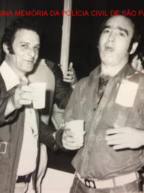"""Os saudosos Repórter Paladino e o Investigador Everaldo Petri, nas dependências do DEIC, no final da década de 70. Acervo do Investigador Sebastião Pereira """"Tião""""."""