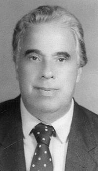 """Delegado de Polícia Paulo José de Azevedo Bonavides (São Paulo, 28/10/1932 ) Paulo José foi advogado e professor universitário. Nasceu em São Paulo, capital, em 28 de outubro de 1932. Era filho de Gervásio Bonavides e Julieta de Azevedo Bonavides. Fez o curso primário no extinto Ginásio Luso-Brasileiro, conceituado estabelecimento educacional que pertenceu ao pai, Gervásio Bonavides. Estudou, mais tarde, no Colégio Santista, (1947), Colégio Tarquínio Silva (1948) e no Colégio Marcai (1949). Matriculou-se, em seguida, no Colégio Estadual """"Canadá"""", onde cursou e concluiu o antigo """"Curso Clássico"""" (19504952). Ingressou na Faculdade Católica de Direito de Santos, escola em que se diplomou em Ciências Jurídicas e Sociais, em 1958, integrando a Segunda Turma de Bacharéis. Colação de Grau ocorrida em 10 de março de 1959. Expedição de Diploma efetuada aos 14 de abril de 1959. Formado, freqüentou o Curso de Doutorado, na Faculdade de Direito da Universidade de São Paulo (Largo de São Francisco). Aluno, naquela ocasião de juristas renomados - Vicente Rao, Joaquim Canuto Mendes de Almeida. Miguel Reali, José Frederico Marques e outros mestres do Direito. Inscreveu-se, em momentos diversos, no Programa de Estudos Pós-Graduados em Direito, no nível de mestrado, na Pontifícia Universidade Católica - P.U.C, -, em São Paulo, no âmbito da Cadeira de Direito Penal (1979).  Indicado, oficialmente, pela Secretaria da Segurança Pública, freqüentou e concluiu, com assiduidade plena, o Primeiro Curso, em Santos, promovido pela Escola Superior de Guerra (ADESG). Participou, no decorrer dos estudos superiores e depois de concluí-los, de inúmeros cursos de extensão universitária., promovidos por instituições oficiais e particulares, envolvendo temas literários, jurídicos e de aprimoramento profissional. Exerceu a Advocacia, logo depois de formado, na Comarca de Santos. Em outubro de 1959, ingressou, interinamente, na carreira de Delegado de Polícia. Aprovado em Concurso Público de Provas e T"""