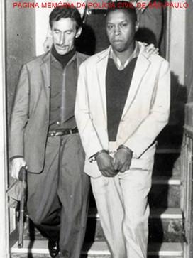 """O lendário Investigador Antonio Juliano Sobrinho, """"Juliano"""" foi um dos mais valentes polícias do Setor de Assaltos da Delegacia de Roubos do DI- Departamento de Investigações """"Kilo"""", nas décadas de 50/60 e 70, conduzindo preso um dos """"Reis das Bocas"""", Joaquim Pereira da Costa, """"Quinzinho"""", final da década de 60."""