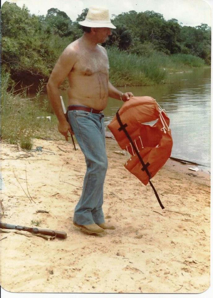 """Investigador de Polícia Eládio, o """"Cavalo de Aço"""" da 1ª Delegacia de Roubos e Extorções do DEIC, em pescaria no Mato Grosso, década de 80. (enviada por Eduardo Lambiase)."""