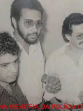 """Sala de Imprensa do DEIC, início da década de 70. À partir da esquerda, os repórteres policiais Nelson Ciolli """"Cholinha"""", Ronaldo Lopes """"Pantera""""; Hélio Criscuollo """"Criscuolinho"""" e Gilberto dos Santos """"Giba""""."""