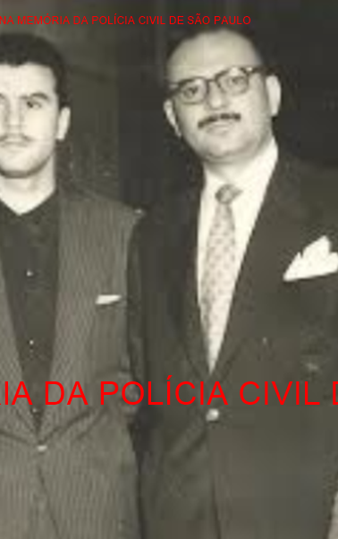 Setor de Assalto do antigo DI- Departamento de Investigações, atual DEIC. À partir da esquerda, Investigadores Antônio Deodato da Fonseca, Sergio Rocha, Delegado Fausto Adamo e Investigador Dylson Araujo Smith, em 1956. Acervo de Richard Smith.
