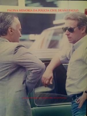 """Meados dos anos 80, defronte o Palácio da Polícia, o Delegado Cláudio Gobetti e o Investigador Chiquinho, da lendária dupla """"Paulinho e Chiquinho"""" da antiga Divisão de Entorpecentes do DEIC, nas décadas de 70 e 80. (Acervo da Delegada Aparecida Gobetti)."""