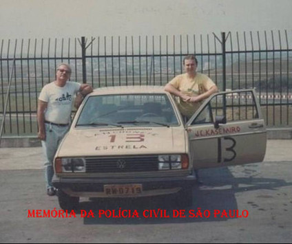 """O Policial Civil João Caçula Kasemiro à direita e o grande piloto de provas Expedito Marazzi """"in memorian"""", em 1.987."""