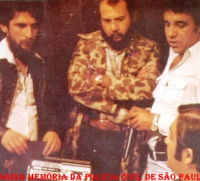 """Investigadores de Polícia Maurício Vieira da Silva """"in memorian"""", Dorival Candel Ruiz """"in memorian e Osvaldo Jose Dos Santos, durante participação em um filme do cinema nacional, em 1.979."""