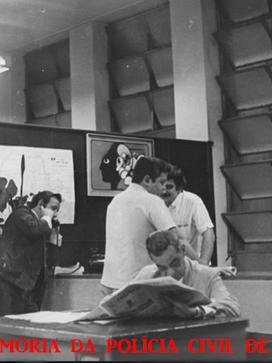Sala da chefia de reportagens dos Diários Associados de São Paulo em 1.968. Reporter policial João Bussab ao telefone, Dirceu Alves conversando com o Nassar e Bittencourt lendo jornal.