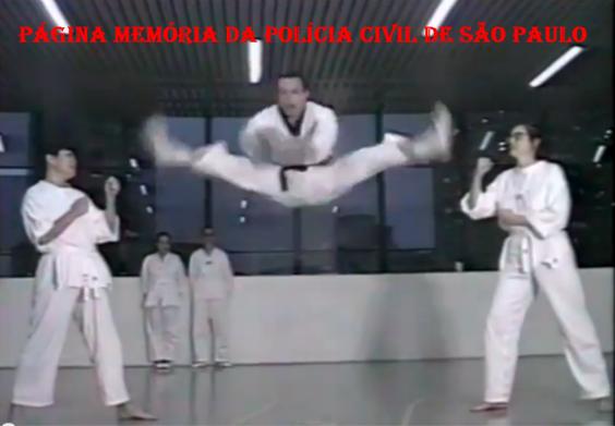 Investigador de Polícia Marcelão Monteiro, em treinamento de técnicas de defesa pessoal no GARRA, em 1.991.