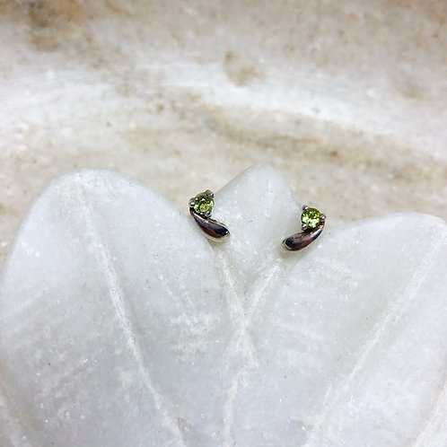 Peridot star silver stud earrings