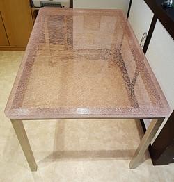Tisch aus Crashglas mit Rosafolie