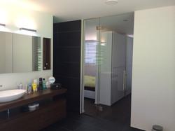 Badezimmerabschluss mit Pendeltüre