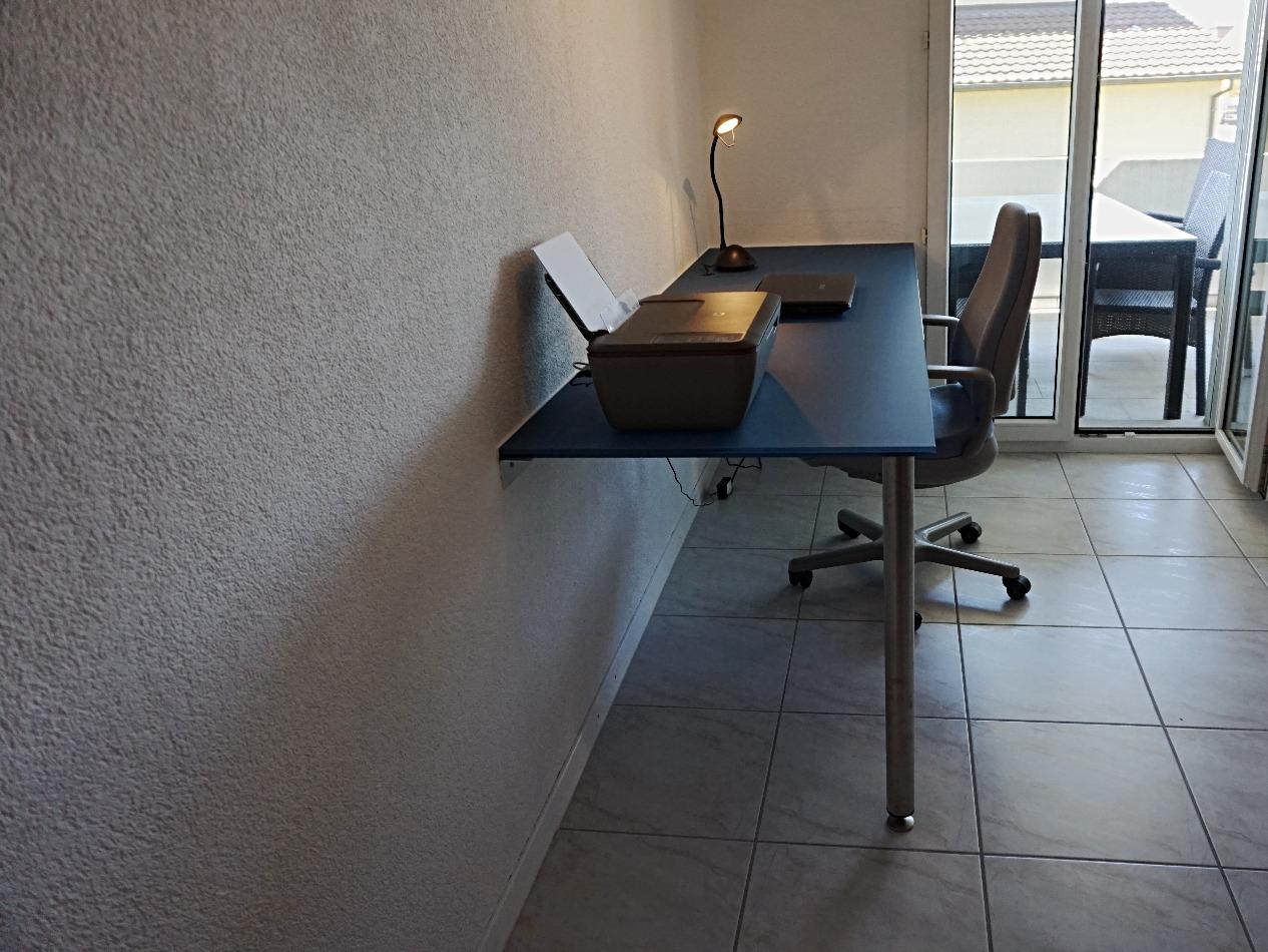 Schreibtisch mit blauer Folie