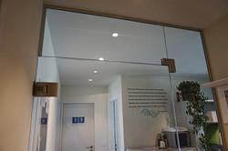 Ganzglas Trennwand mit Oblicht