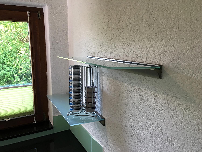 Glastablare in der Küche