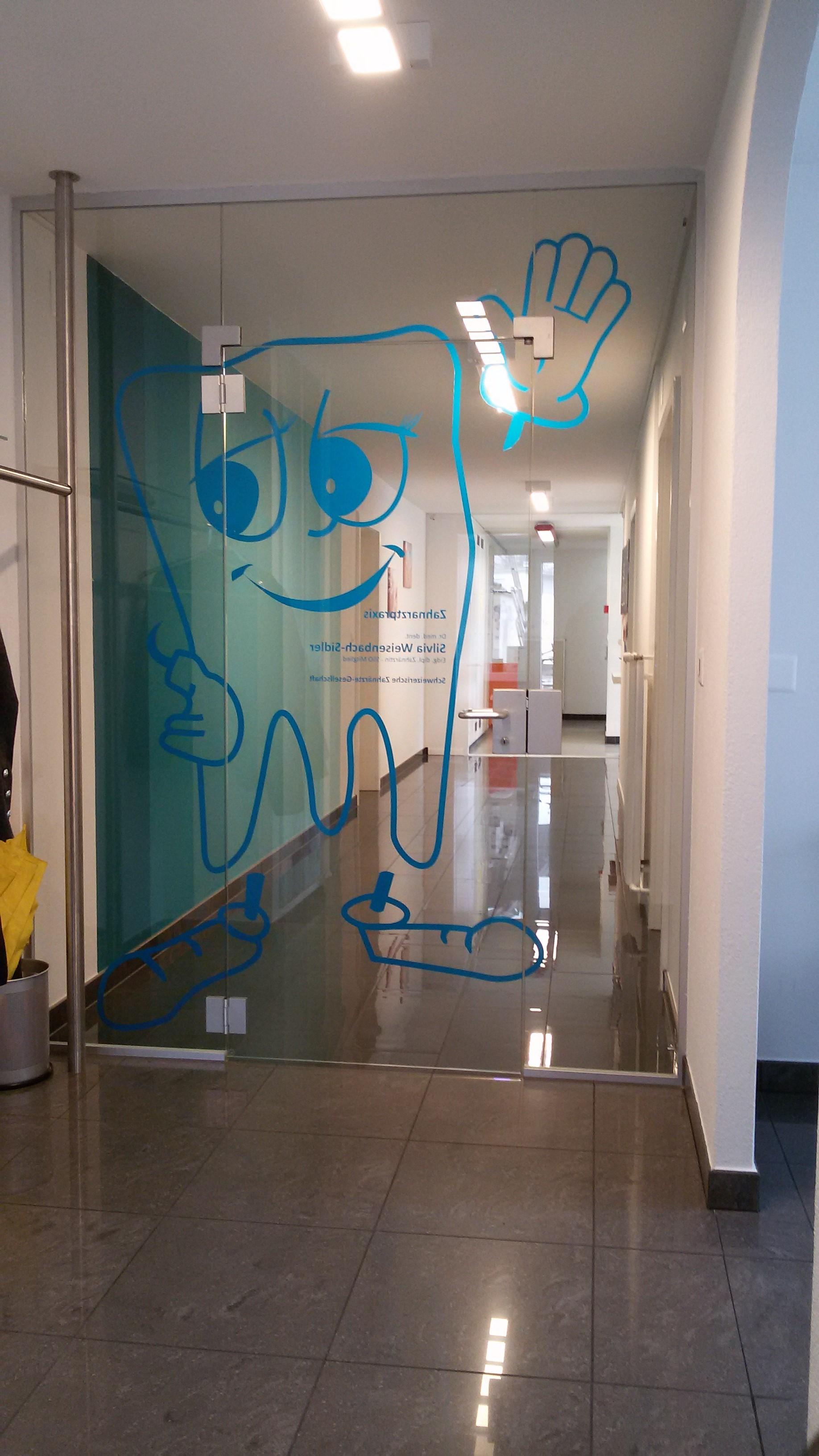 Ganzglasanlage als Eingangsbereich