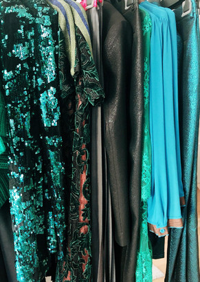 Selection de vêtements de pret à porter à la vente.