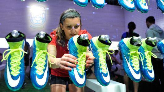 Joven fan del soccer comprando tenis Nike