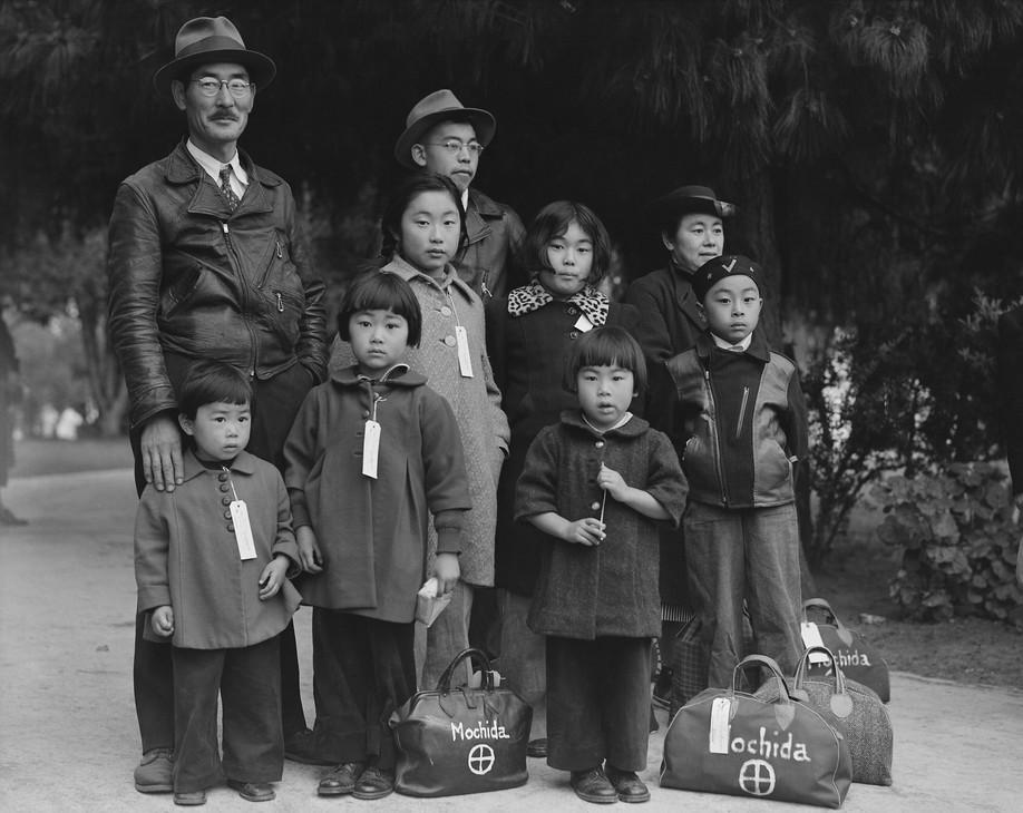manzanar-Mochida_Family_Awaiting_Evacuat