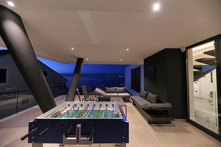 Terrasse 2 mit Kickertisch und Dartboard