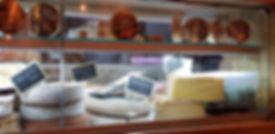 La Meule Du Berger propose une variété très étendue de fromages et de charcuteries savoyards. Tous ces produits viennent directement de producteurs savoyards. Le restaurant met un point d'honneur à travailler avec des producteurs locaux pour partager l'authenticité et la qualité.