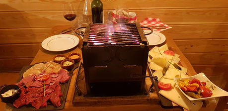 Le restaurant La Meule Du Berger propose des brasérades (barbecue au charbon d'intérieur), des fondues, des raclettes à partager en toute convivialité. Dans un cadre chaleureux proche des chalets savoyards. Découvrez toutes nos spécialités à base de fromages fondus, de boeuf, de canard, de poulet, de charcuteries accompagnés de vins choisis avec précaution.