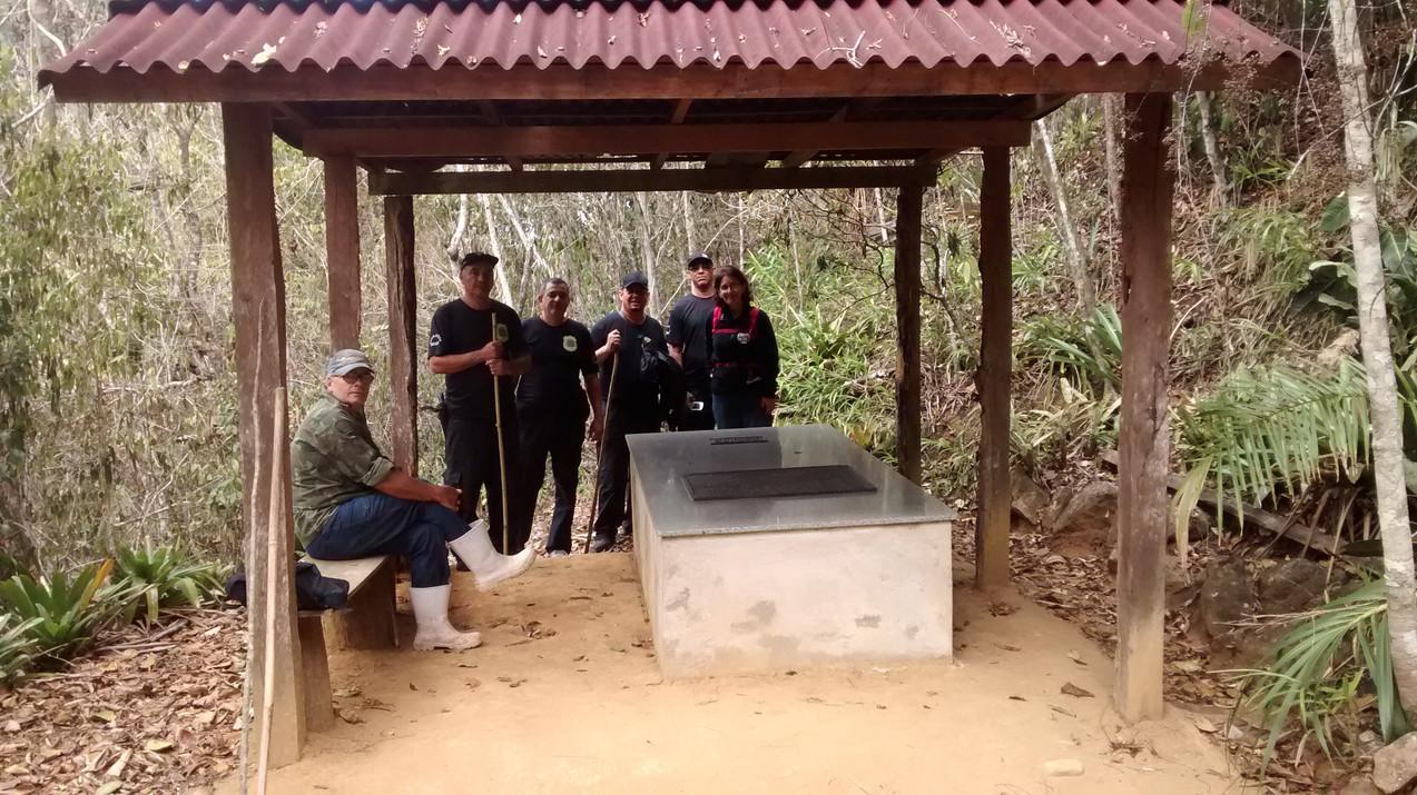 Visita de membros da UFRJ e da SAMN ao túmulo de Augusto Ruschi, Patrono da Ecologia do Brasil, que se encontra no final da trilha do Rio