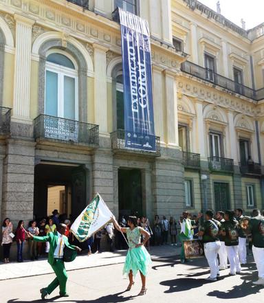 Mestre Sala e Porta Bandeira em ensaio na frente do Museu Nacional