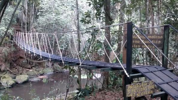 Ponte pênsil sobre o Rio Timbuí