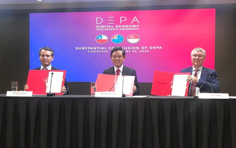 El Ministro de Asuntos Exteriores de Chile, Roberto Ampuero, el Ministro de Comercio de Nueva Zelandia, David Parker y el Ministro de Comercio e Industria de Singapur, Chan Chun Sing, durante la firma del DEPA.