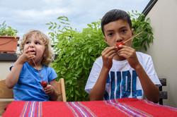 Rosalie et Zia mangent des fraises