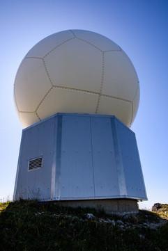 les radômes ressemblent à des ballons de foot.