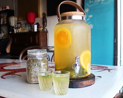 It's scorching today! ☀️🔥_We're cooling down with iced _forageandbloom tea! This is Clarify, a refr