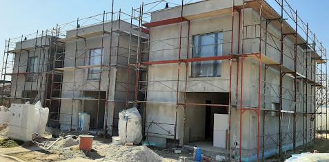 Po montáži oken a instalaci vnitřních i venkovních rozvodů sítí omítáme.