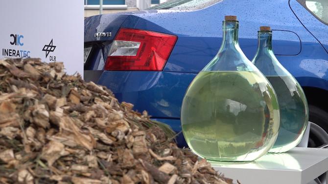 Prahou projelo auto na dřevní štěpku. Vědci testovali nové biopalivo.