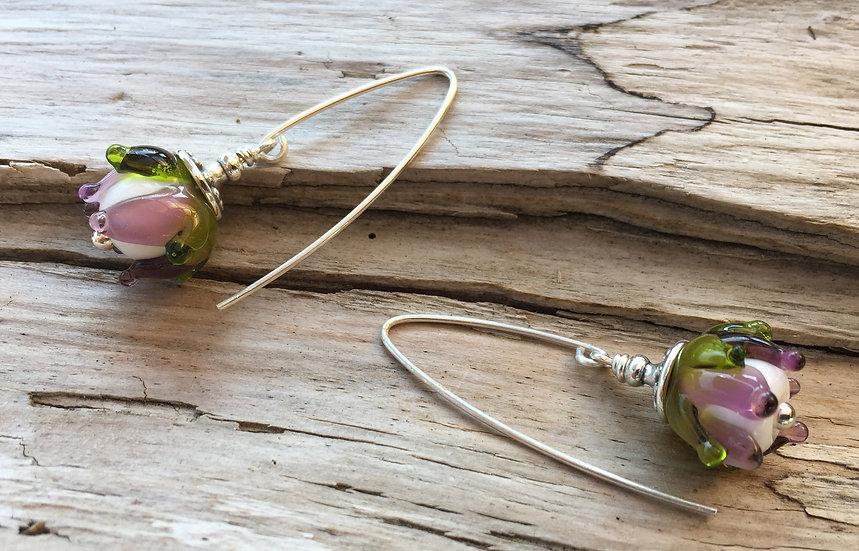 Ohrhänger mit Glasblume lila