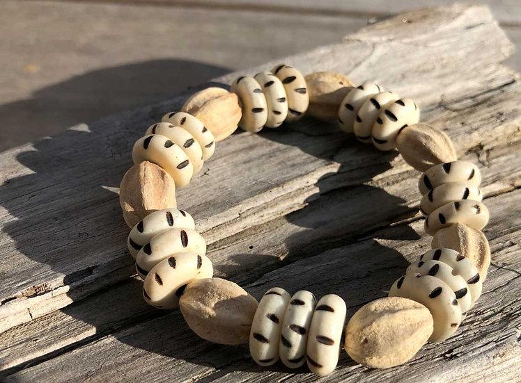 "Armband ""White Carved Disk Bone & Marbiney Seeds"""