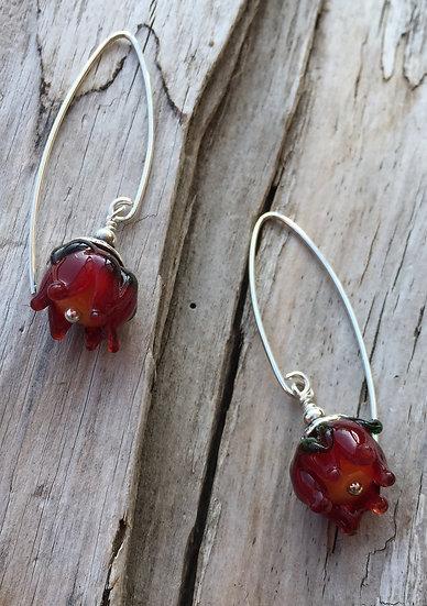 Ohrhänger mit Glasblume rot