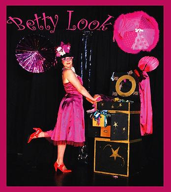 Betty Look, Recyclasse designer.  Un Spectacle du cirque Farrago.